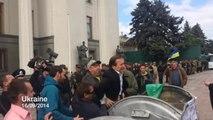 Une foule en colère jette le député Vitaly Zhuravsky dans une poubelle (Ukraine)