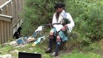 Joueur de cornemuse à Glendalough, Irlande