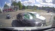 Un motard grille un feu, percute 2 voitures et atterrit entre les 2 capots. Chanceux!