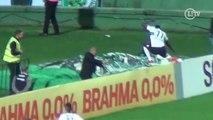 Que mico! Joel cai em comemoração de gol contra o São Paulo