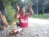 Un homme mit K.O par une bûche de bois... Et ses amis se moquent de lui!