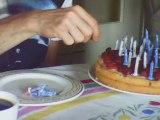 Hervé compte les bougies de son gâteau d'anniversaire