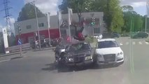 Un accident de moto où le motard fait une cascade hors norme !