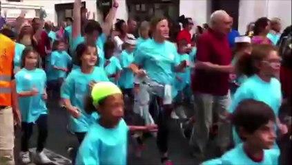VIDEO. Marathon, 10 et 20 km de Tours : le départ des scolaires