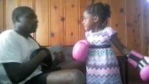 Une fille de 5 ans met K.O son papa à la boxe