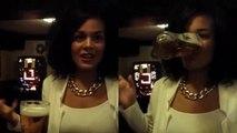 Une femme boit une bière sans les mains et cul sec