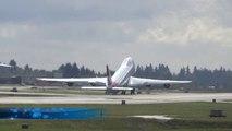 """Un pilote d'avion dit """"au revoir"""" avec son avion"""