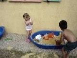Clara joue au sable (14 Juillet 2006)