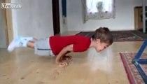Enfant de 5 ans:  Giuliano Stroe faisant des pompes à deux mains!