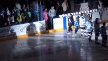 Grosse gamelle du chanteur qui interprète l'hymne canadien avant un match de Hockey!