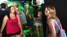 En plein festival, Elle traduit les paroles de la chanson en langue des signes pour sa copine sourde! Magique...