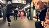 Une petite fille ambiance toute la station de métro en dansant sur la musique d'un musicien de rue