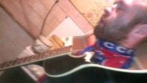 Un homme se fait casser une guitare sur la tête