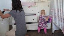 Maman plie le linge et bébé aide un peu... Ou pas!