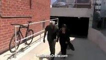 Kanye West se prend un poteau dans la tête, Kanye West takes a pole in the head!