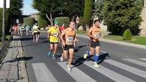 Insolite : Il s'arrête en plein marathon… pour faire traverser une personne âgée !