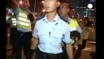 هونغ كونغ:    المتظاهرون  يقيمون تجمعات سلمية والشرطة متهمة بتعنيف متظاهر