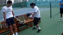 Maradona jongle avec une balle de tennis devant Djokovic