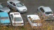 Un conducteur fou défonce une voiture pour sortir de sa place de parking