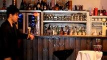 Un champion de Yo-Yo retire une nappe d'une table dans faire bouger les verres