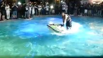 Un double flip dans une piscine avec un jet ski