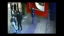Un aquarium géant avec des requins explose dans un centre commercial