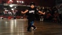 Un enfant de 8 ans danse sur Jet Blue Jet de Major Lazer