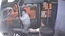 Instant Karma : Un voleur tente d'arracher un sac dans un bus