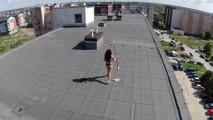 Un drone embête une fille qui bronze