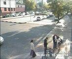 Il fait chuter une fille de son vélo pour son bien