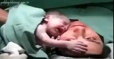 Un bébé refuse d'être séparé de sa mère dès sa naissance