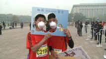 Chine: des marathoniens bravent la pollution à Pékin