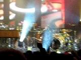 Johnny Hallyday casse sa guitare