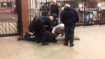 Un policier donne un coup de pied dans la tête d'un collègue