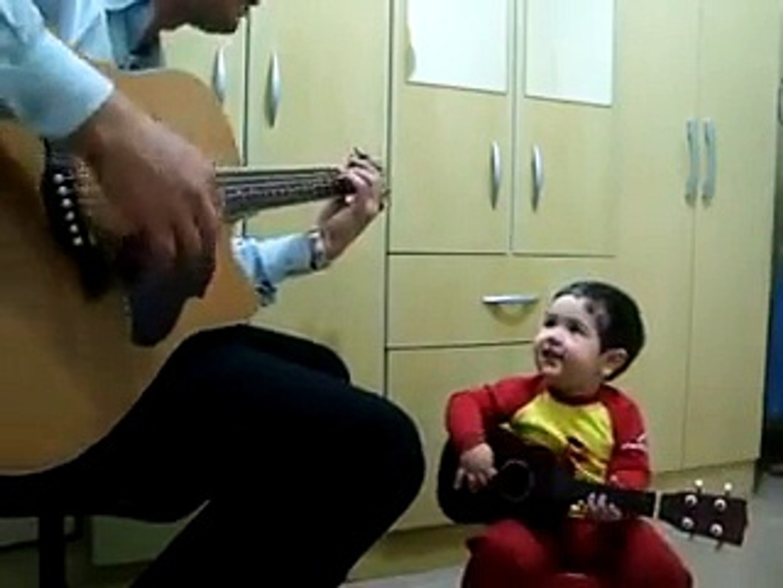 Amazing ! Kids playing guitar-pekistan.com