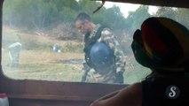 Un gendarme lance une grenade sur une fille à Sivens