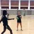 Stine Oftedal défie Théa Mork au jonglage / Issy-Paris Handball