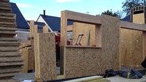 Une maison en briques de bois isolées
