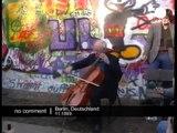 Mstislav Rostropovitch joue du violoncelle devant le Mur de Berlin, le 11 novembre 1989