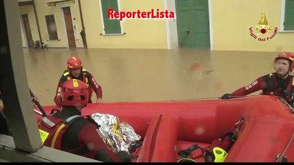Alluvione a Carrara, i soccorsi degli anfibi dei Vigili del Fuoco