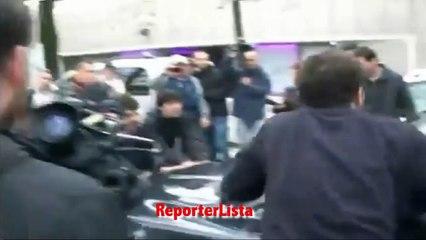 Salvini in visita al campo rom di Bologna, centri sociali assaltano auto del segretario Leghista