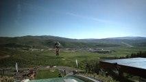 Une moto prend un tremplin de saut à ski