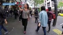 Otra mujer camina por las calles, pero esta vez en Auckland, Nueva Zelanda y nada le paso - 15POST