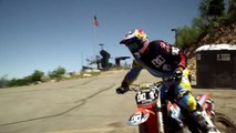 Le saut à moto de Robbie Maddison sur un tremplin de saut à ski