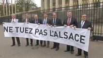 Les députés Alsaciens opposés à la réforme territoriale déploient une banderole à l'Assemblée