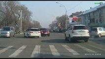 Accident de voiture violent à une intersection : un voleur grille un feu et explose 2 voitures