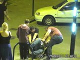 Des jeunes anglais saouls ont décidé de détordre une barre métallique!