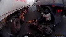 Un homme manque de passer sous les roues d'un camion
