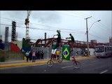 Bicicleta gigante dando voltas no Castelão antes de Brasil x México