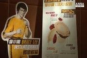 Bruce Lee si beve in un sorso